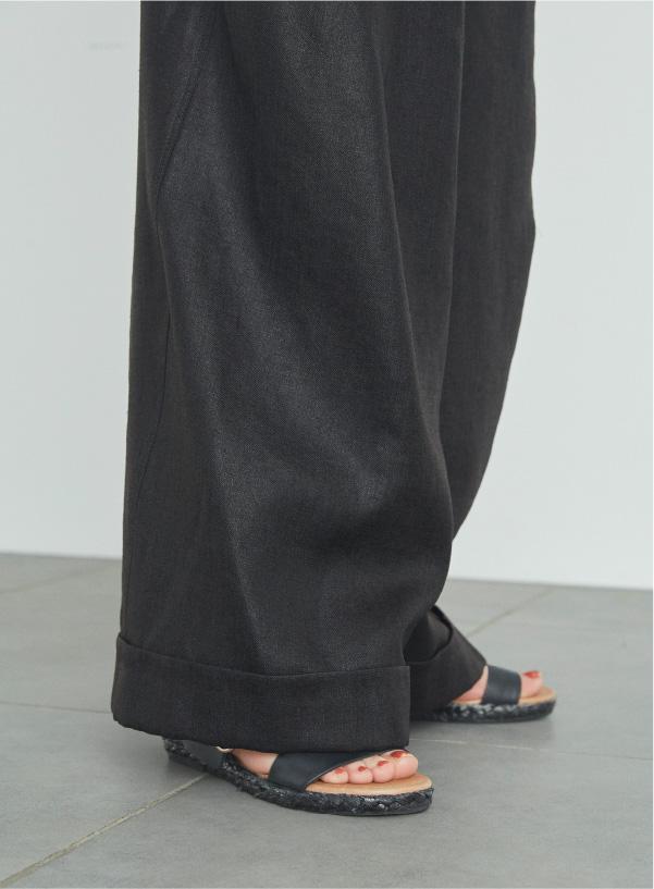 フラットシューズで合わせても地面に裾がつかない丈の長さです。